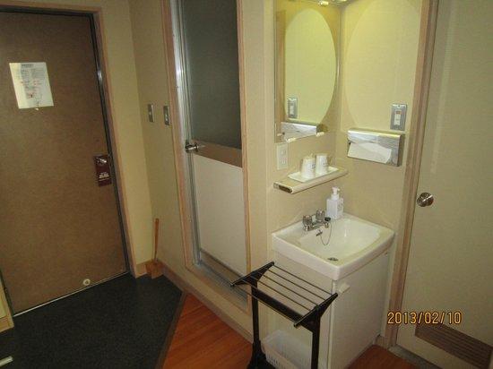 Dogo Prince Hotel :                   部屋の浴室です。使いませんでしたが、段差か気になります。