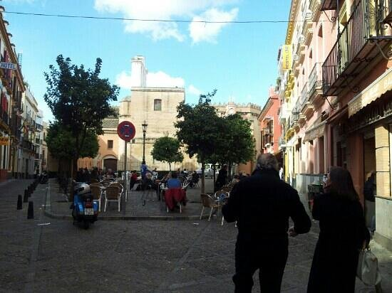 Hostel One Sevilla Centro:                   la piazza dell'ostello