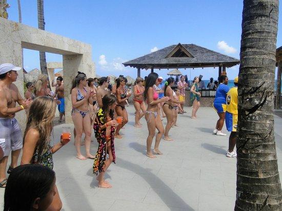 Iberostar Punta Cana:                   BAILE