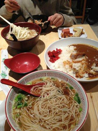 Naniwa-Ya :                                     bol de ramen (udon et soba), assiette de sucisse/omelette et