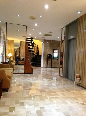 Continental Hotel:                   lobby y ascensores