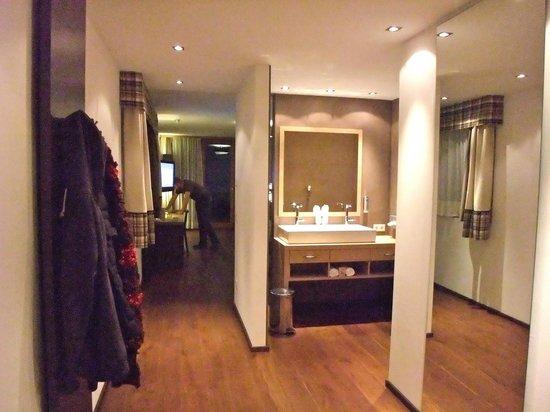 chambre et salle de bain ouverte en enfilade photo de. Black Bedroom Furniture Sets. Home Design Ideas