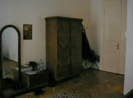 Hotel Kalvin House:                   Room 105