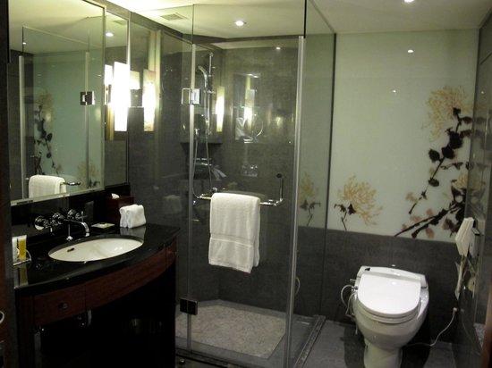 เชอร์ราตัน โฮเต็ล:                   Spacious and nice bath room