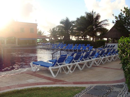 Hotel Marina El Cid Spa & Beach Resort:                   Picture of the pool very early in the morning