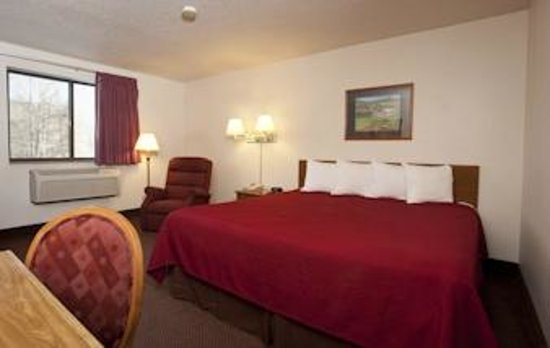 Super 8 Brattleboro: Business Class King  Bed Room