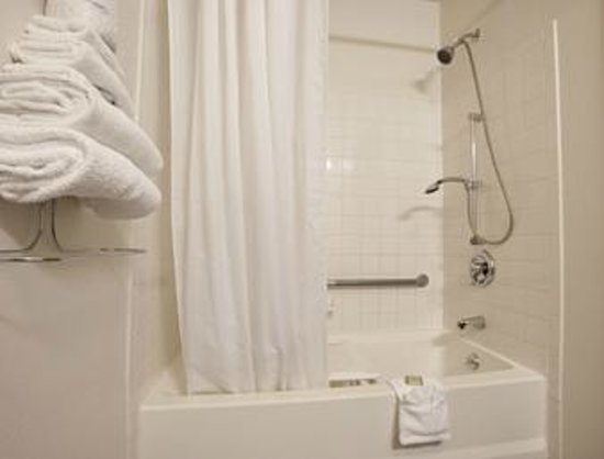 Super 8 Brattleboro: Handicapped Bathroom
