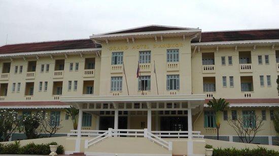 رافلز جراند أوتل دانجكور:                                     front of the hotel                                  