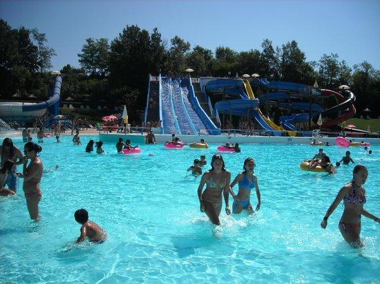 Borghetto di Borbera, Italy:                   basen rekreacyjny/zjeżdżalnie