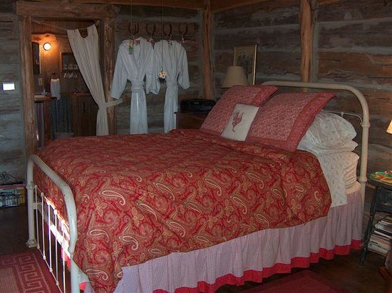 Chanticleer Log Cabin: Queen bed