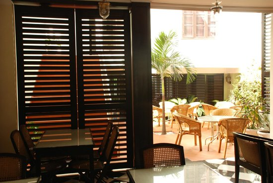 Hotel Khamvongsa:                   Dining room access to central patio