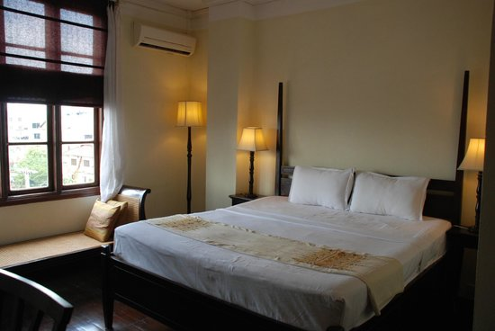 Hotel Khamvongsa:                   Room - clean and quiet - hard bed