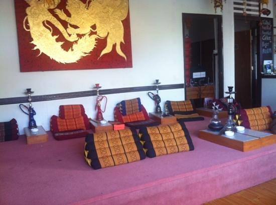 Lanta Lantern Guest House :                   front chillin area