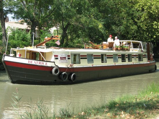 Languedoc-Roussillon, Frankrijk:                   The barge Beatrice on the canal du midi