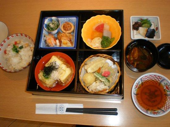 Hotel Monterey Kyoto:                   スパラウンジでは食事も出来る。