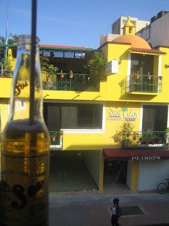 Hotel Pension San Juan:                   Vue de l'hôtel depuis le bar en face
