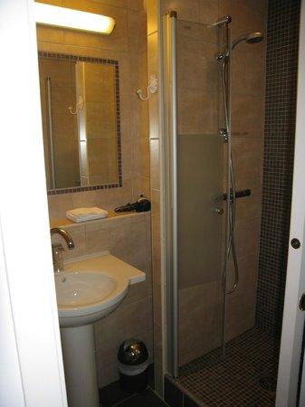 Hotel Ulysse Montpellier Centre :                   salles  de  bains