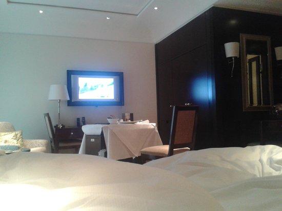 โรงแรมแอดลอน เคมปินสกี:                   Zimmer mit Roomservice (sehr lecker!)