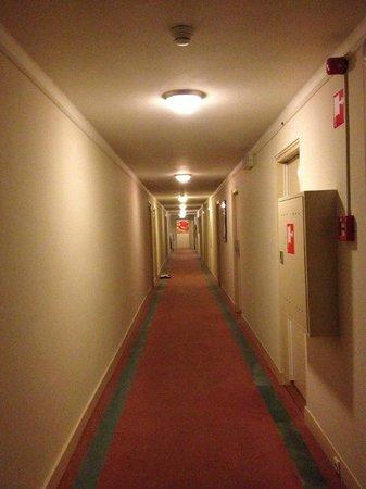 NH Atlanta Rotterdam :                   Pasillo hacia la habitacion
