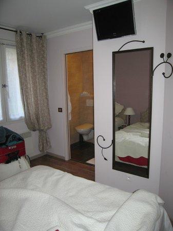 Hotel Ulysse Montpellier Centre:                   vers la  salle  de  bains