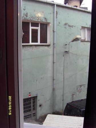 Modern Sultan Hotel:                   вид из одного окна №201