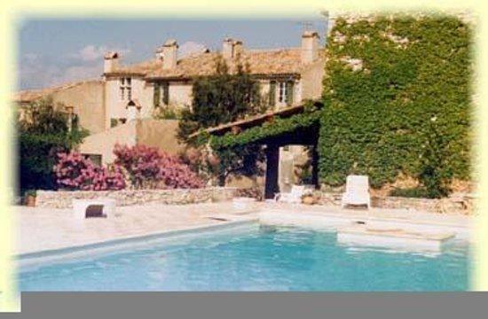 piscine et terrasse au domaine de la Blaque