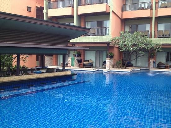 Patong Merlin Hotel :                   swim up bar