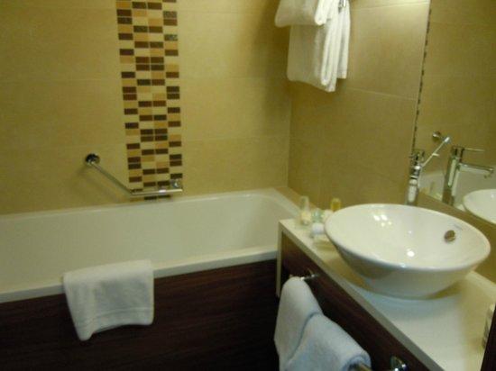 Hilton Garden Inn Hotel Krakow:                   Bath tub