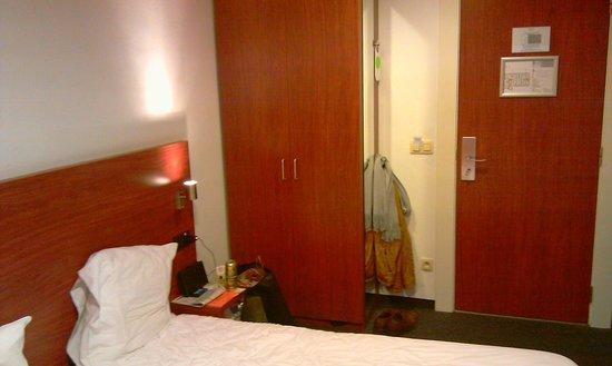 Century Hotel:                   bed&knappe kast