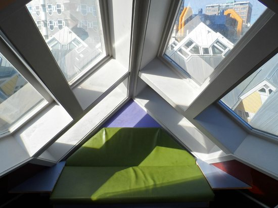 Foto de kijk kubus show cube rotterdam a seat inside - Casas cube opiniones ...