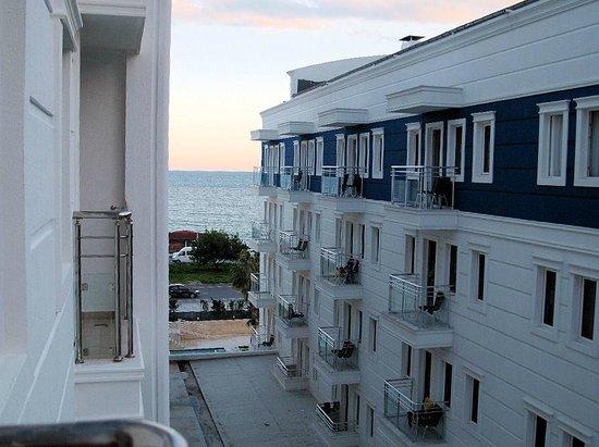 Sealife Family Resort:                   Aussicht vom Mini-Balkon, es passen so eben 2 Stühle darauf