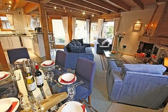 Chilly Powder: Chalet Des Amis dining room