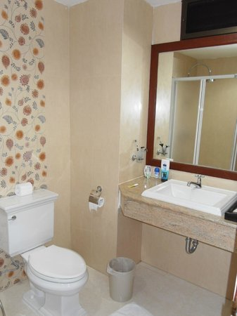 Baan Klang Hua Hin Condo & Resort:                   lovely bathroom