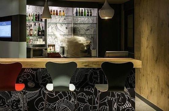 Ibis Paris Defense Courbevoie: Bar