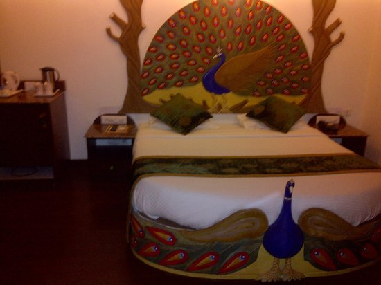 Nahargarh Haveli:                   Cama con imagen de pavo real.