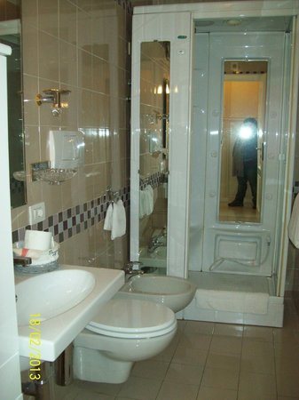 La Maison Del Corso:                   el baño de mi cuarto