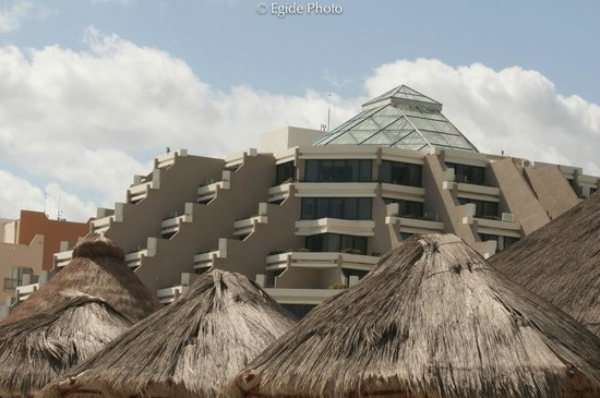 Paradisus Cancun:                   Nice Structure...