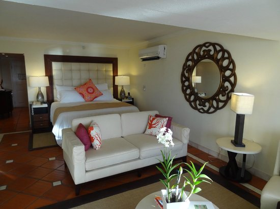 The House by Elegant Hotels:                   Suite 268: the bed area