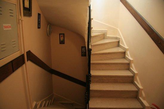 Hanedan Hotel: Staircase (no Elevator)