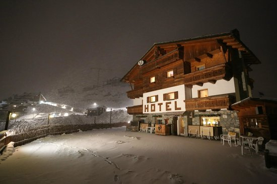 Hotel Cime Bianche:                   Hotel at night