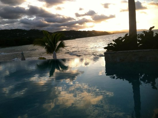 Round Hill Hotel & Villas :                   Infinity pool