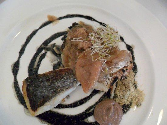 Restaurante Real Colegiata de San Isidoro:                   Pescado del día con encebollado de calamar y vinagreta de avellanas.