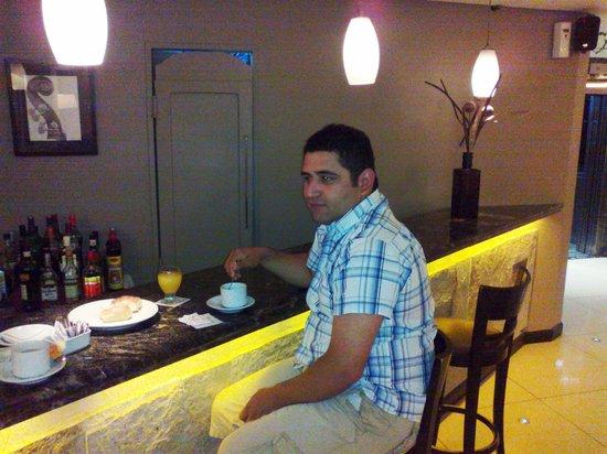 Crans Montana Hotel:                   José en el desayuno que nos preparon muy tempranito porque salimos a las 7...