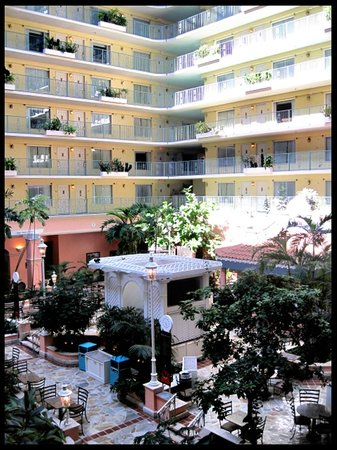 Embassy Suites by Hilton Fort Lauderdale 17th Street:                   Atrium courtyard