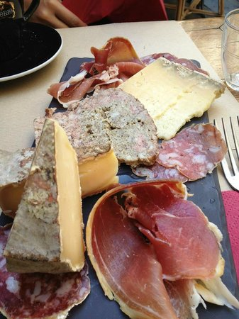 Aux Tonneaux des Halles:                   Delicious cheese and meat platter