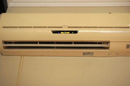 Plaza Resort Bonaire:                                     Air conditioner that did not work.