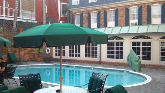 Best Western Plus French Quarter Landmark Hotel :                   Pool next to courtyard