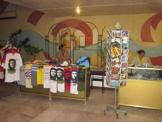 Brisas Guardalavaca Hotel:                   small shop at top of stairs