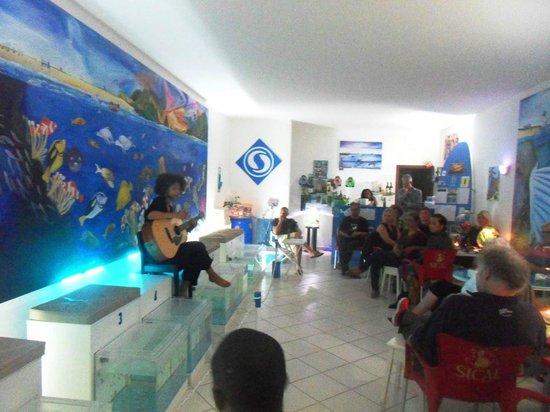 Hug Bucket Fish Spa:                   Maria Manuela - concert in Fish Spa