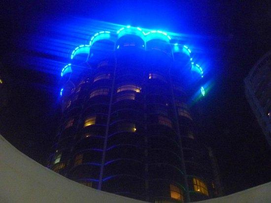 Plaza Paitilla Inn:                   El hotel, de noche